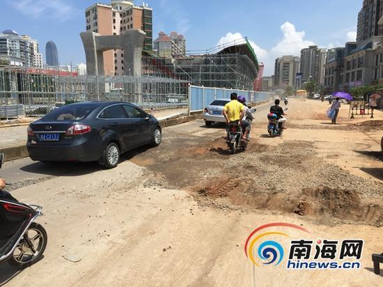 9月18日晚海秀路塌陷的位置已被回填修复(南海网记者高鹏摄)