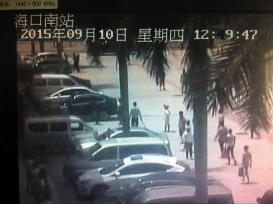 监控记录显示,多名闹事拉客仔退到站前广场后仍不愿散去。