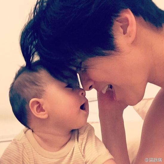 梁咏琪与女儿温馨碰鼻