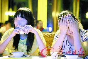 已经报警的两姐妹。 广州日报记者陈忧子摄