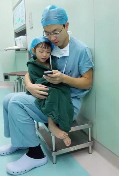 医生手术室用手机哄2岁女孩获赞(图)