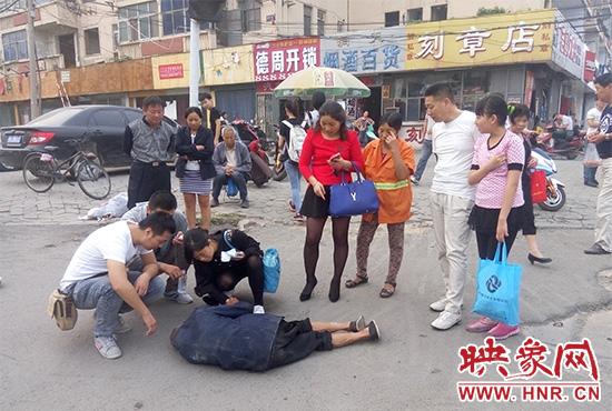 据附近环卫工人介绍,老人是自己过路口时不小心摔倒的。