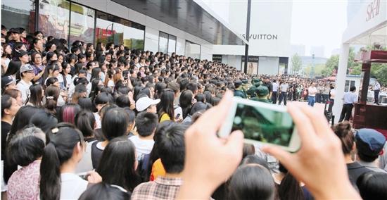 霍建华杭州大厦的活动因粉丝太过疯狂被取消