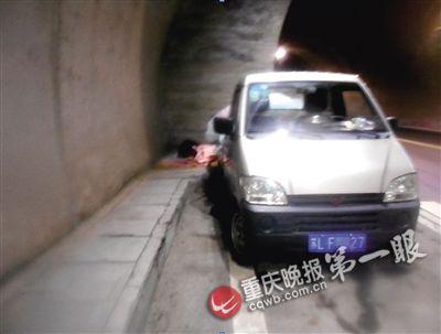 ▲货车停在隧道,司机打地铺睡觉。
