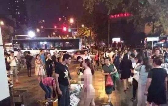 据@乐活南京、@南京头条等多个号爆料,9月18日晚间南京三山街地铁站惊现照片中的一幕,疑似情侣吵架。