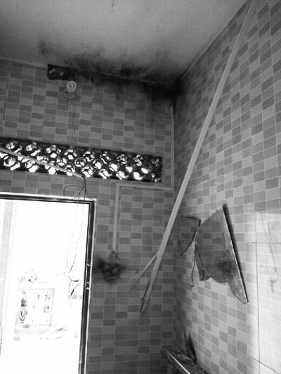洗手间的镜子都碎了(吴先生供图)