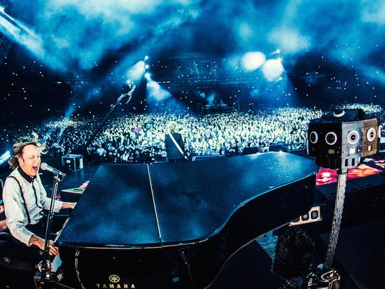 演唱会上安装的周天摄像机,为观众提供虚拟现实的演唱会体验