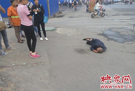 老人倒地后无人敢扶,过路市民拍照作证。