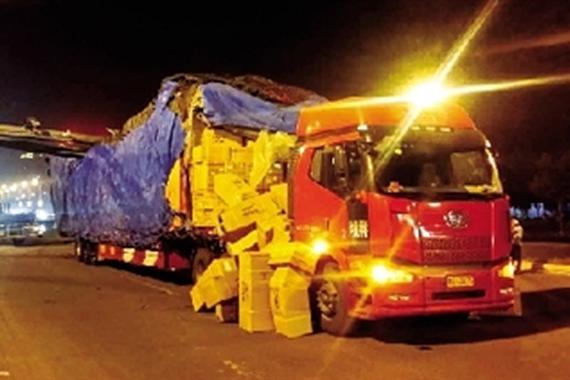 大货车抄近路连根拔起限高杆 司机被罚