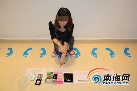 贩毒嫌疑人陈某指认其贩卖的毒品及作案工具(通讯员曾群飞摄)