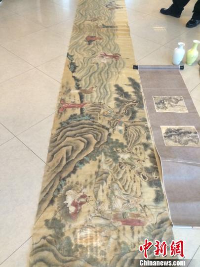 图为落款为大千的绢画(左)。 史广林 摄