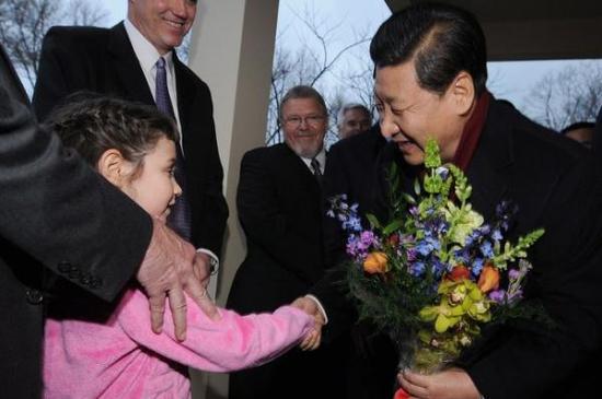 习近平1985年访问艾奥瓦州时,曾受到一户人家的招待。2012年故地重游时,时任中国国家副主席的习近平接受献花。