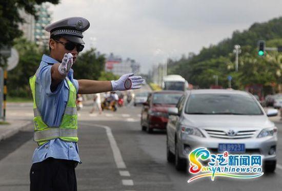 三亚交警在路面执勤。(三亚新闻网记者沙晓峰摄)
