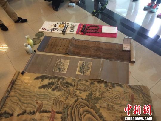 图为案件侦破后,失主认领的字画、玉石、文物。 史广林 摄