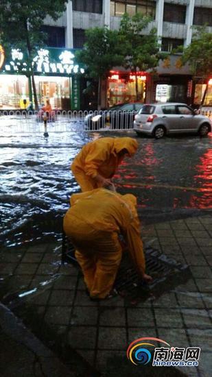 排水工作人员在街头进行排水工作。(市排水所供图)