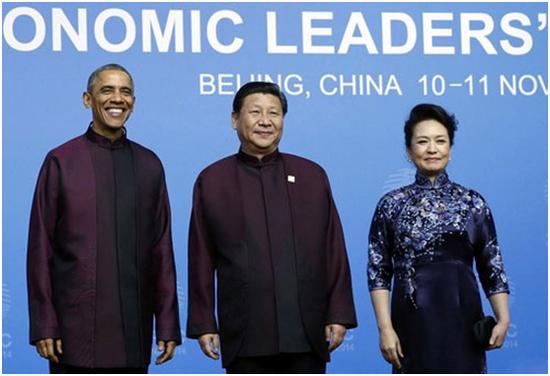 """2014年11月,APEC领导人身着""""新中装""""。"""