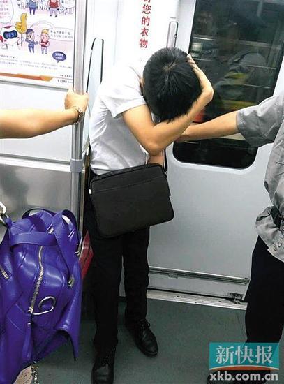 涉事男子据称是广州一所高校学生。