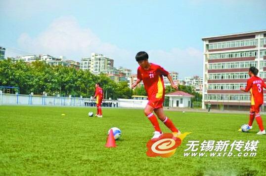 """江阴当地中小学普遍开展""""足球、啦啦操""""进校园活动。 (中新社发)"""