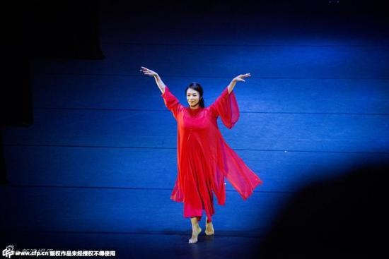 金星穿红袍翻腾跳跃 展不凡舞蹈功力