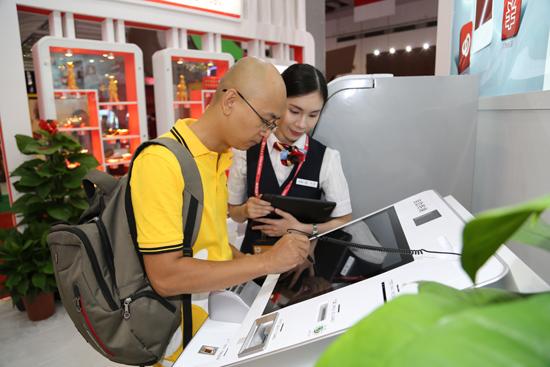 媒体记者通过工行智能银行体验办理开户业务(苏会瑶摄)