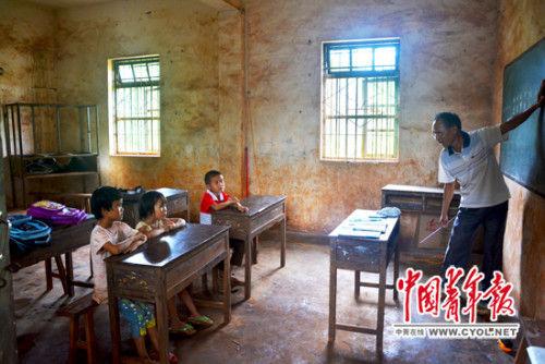 符新辉老师在给3名学生上拼音课。
