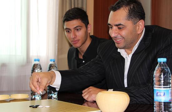 国际智力运动联盟驻俄罗斯总裁阿拉-巴格达萨良学习五子棋规则