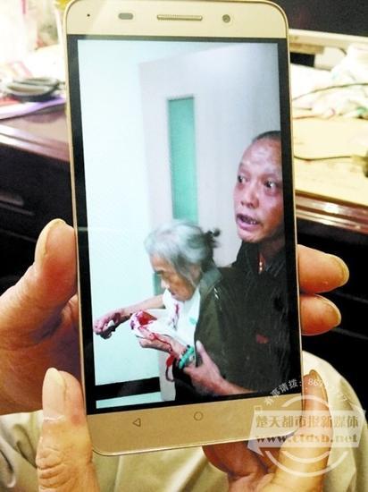 余天明的手机中还留存有帮助项婆婆的视频