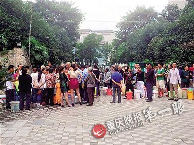昨日14时,九龙坡区欣茂苑小区大门,排了五六十米的居民们在焦急地等待环卫车送水来。