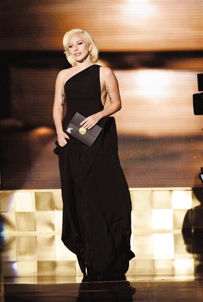 一袭黑色长裙、短发亮相红毯的Lady Gaga