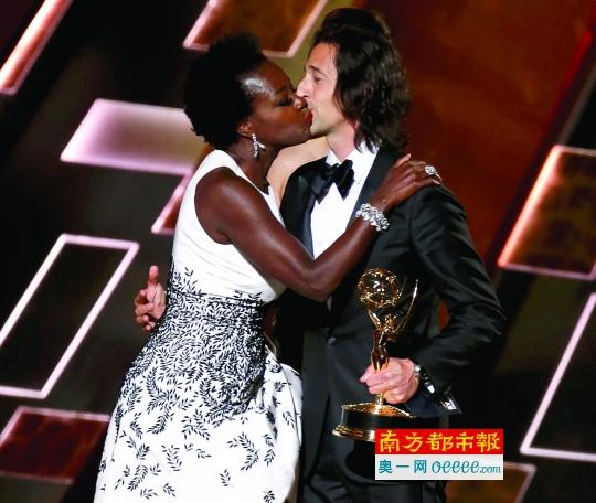 奥斯卡影帝安迪·布洛克给第一位黑人艾美视后颁奖