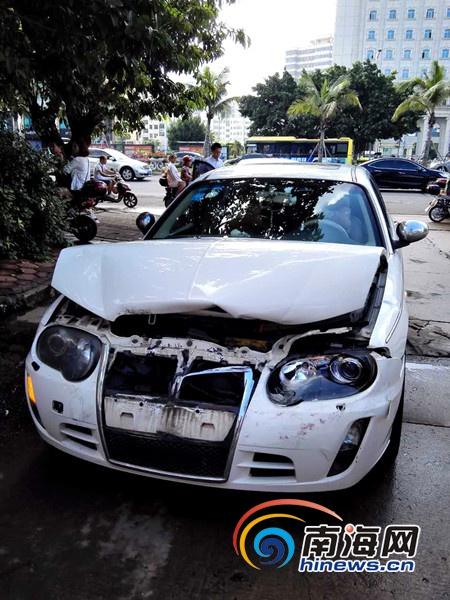事故中受损的车辆 (南海网网友供图)