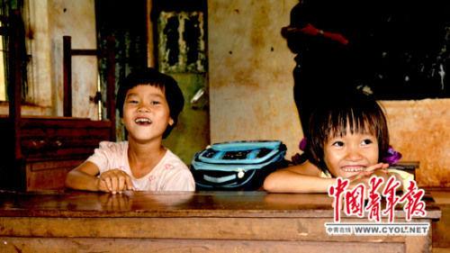 王芳莉(左)、王紫怡(右)在课间休息。
