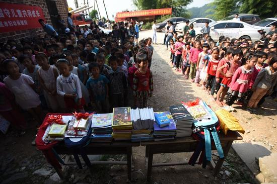 各方代表为学生们捐赠了各种爱心物资