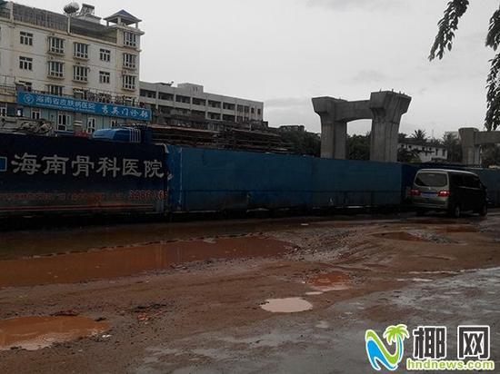 ▲海秀快速路工地的水泥路被破坏得坑坑洼洼