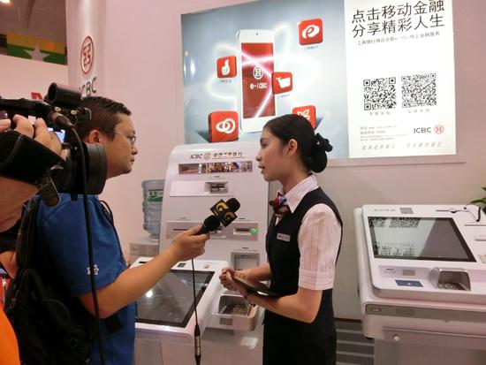工行智能银行服务吸引媒体记者前来采访报道(劳晨晖摄)