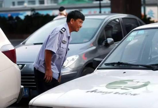 祖籍江西上饶的59岁大叔陈继彪,人称彪叔,会木工,来做保安之前在老家做家具生意。彪叔放着上海的十多套豪宅不住,偏偏喜欢留在杭州做保安。