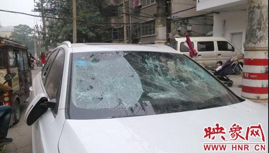 奥迪车的前挡风玻璃已经面目全非。