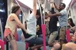 外籍乘客在上海地铁喝酒打闹 扯内裤荡秋千