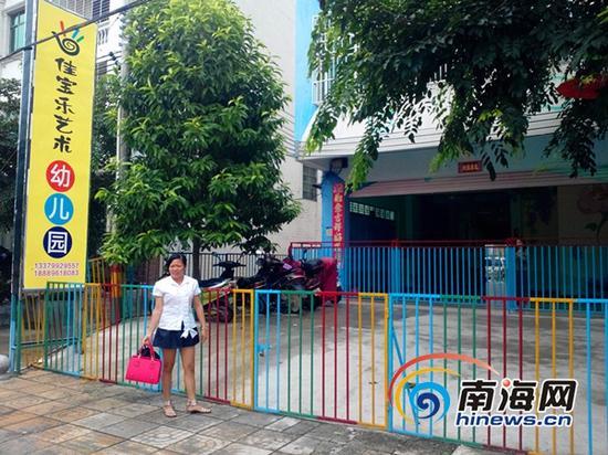 学生家长在接送孩子  (南海网记者刘培远摄)