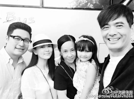 李湘一家人合影周润发夫妇