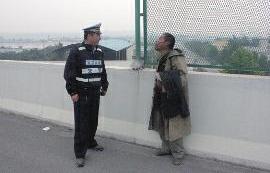交警接警后立即赶赴现场询问男子