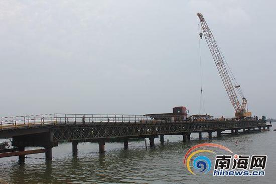 铺前大桥钢栈桥正加紧施工。南国都市报记者王渝摄
