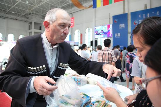 满洲里北方国际科技博览会上的俄罗斯客商