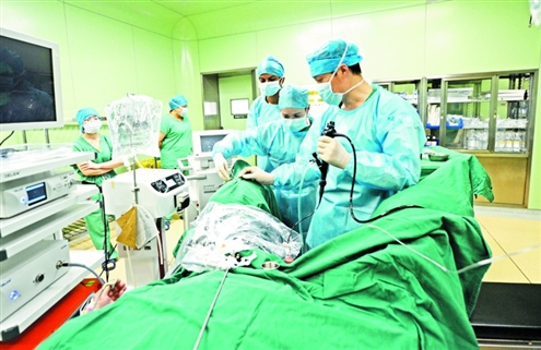 医生为一位外籍患者手术