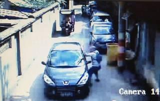 此次是路人把司机给打了,而且打人的是一位老外