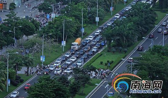22日,龙昆南大道上,车辆排队行驶,而市民在过红绿灯时没有遵守交通规则,造成了交通拥堵。南国都市报记者刘孙谋摄