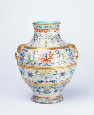 琺瑯彩勾蓮紋象耳瓶,清乾隆,現藏於北京故宮博物院