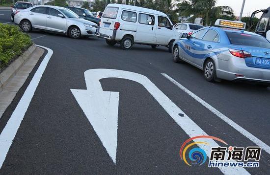 22日,迎宾大道大堵车,随意调头等违法驾驶也是一方面原因。南国都市报记者汪承贤摄