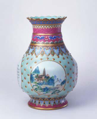 琺瑯彩開光山水詩句瓶,清乾隆,現藏於北京故宮博物院