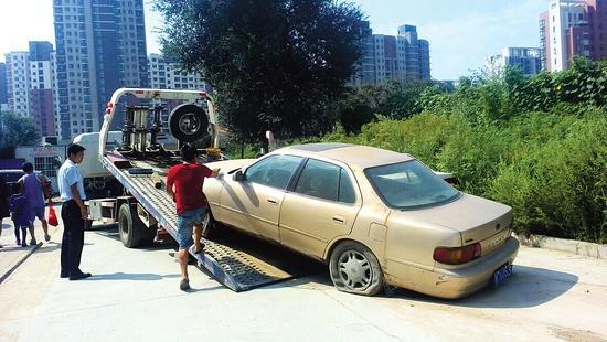 昆仑华府社区,套牌车被拖走。